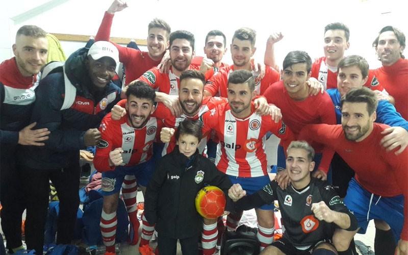 Jugadores del UDC Torredonjimeno celebran la victoria