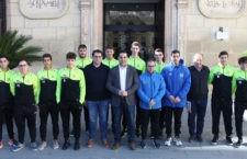 Carlos Hinojosa junto a miembros del Club Hockey Alcalá. Foto: Ayto. Alcalá la Real.