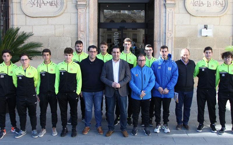 Jugadores del Club Hockey Alcalá la Real posan junto al alcalde