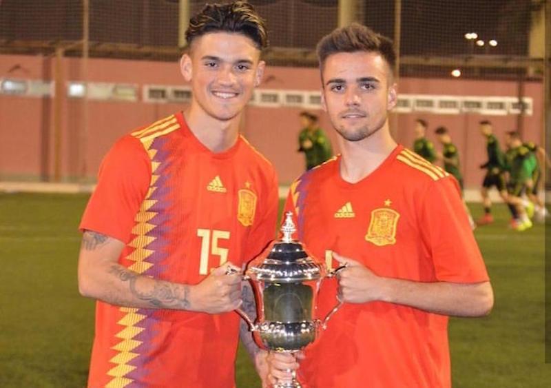 El jiennense Ismael Casas con la copa del Atlántico
