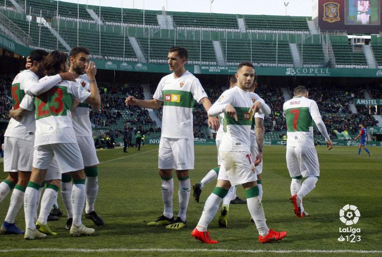 El jiennense Iván Sánchez anota un gol de penalti.