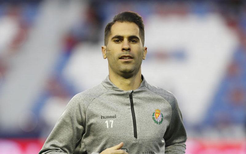 Javi Moyano calentando en un partido del Real Valladolid
