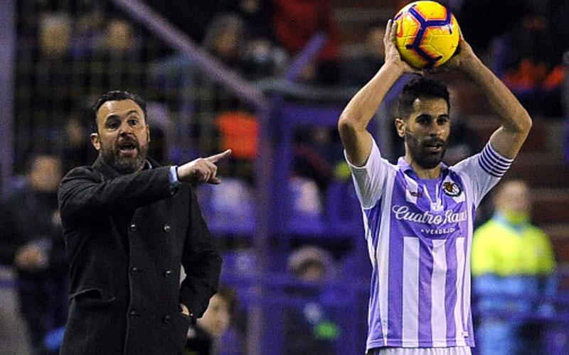 Javi Moyano saca de banda en el partido entre Valladolid y Villareal