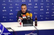 El entrenador del Linares, Juan Arsenal, durante la rueda de prensa previa al Alharuno
