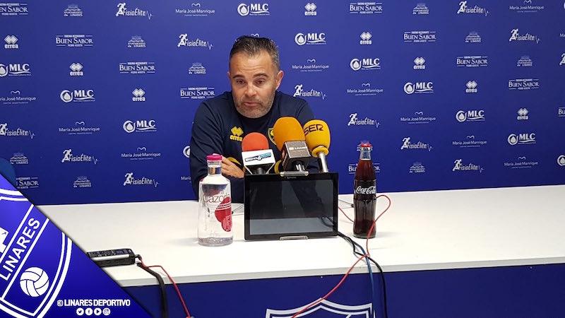El entrenador del Linares, Juan Arsenal, comparece en rueda de prensa