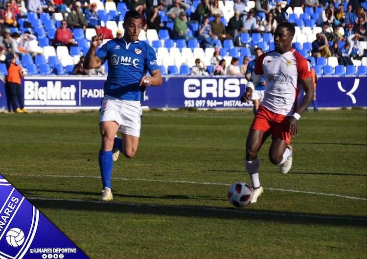 Ataque del Martos CD en el partido contra el Linares Deportivo