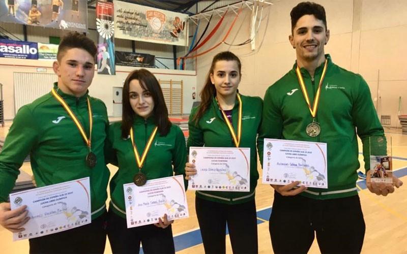 Los luchadores de Torredecampo con sus medallas de oro