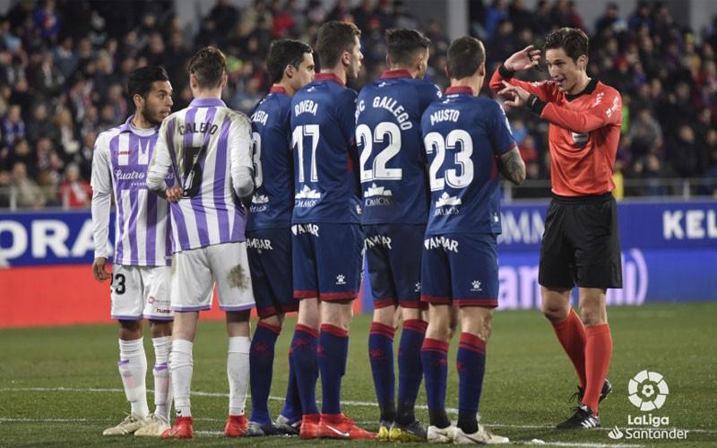 Munuera Montero coloca una barrera en el choque entre Real Valladolid y SD Huesca