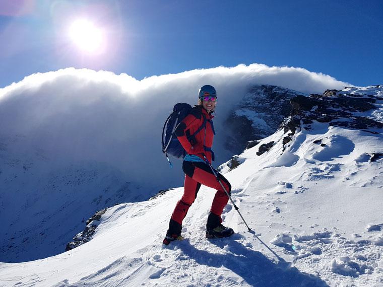 Rosa Bárcenas escalando una montaña nevada