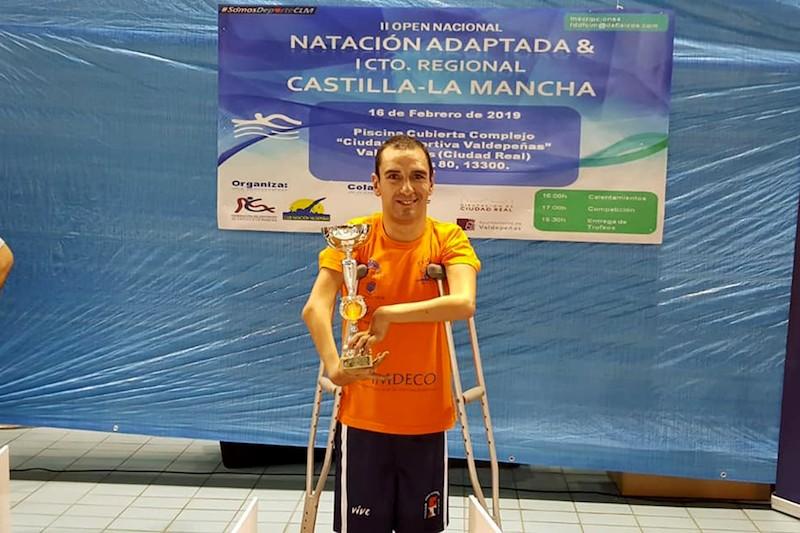 Miguel Ángel Martínez Tajuelo con las tres medallas y el título de mejor nadador del Open Nacional