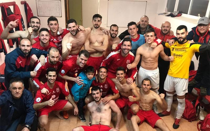 Jugadores del CD Torreperogil celebran la victoria