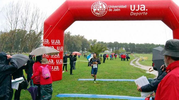 Un corredor entra a meta en una prueba organizada por la UJA