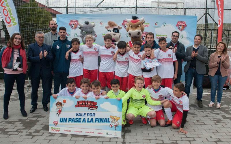 Jugadores del Atlético Jaén celebran el título de la Copa Covap
