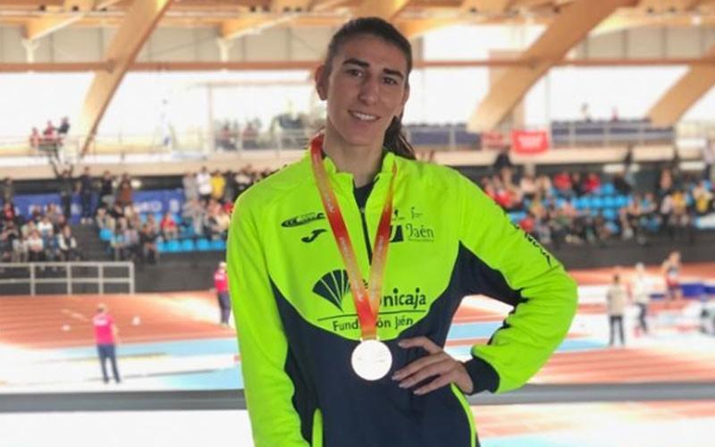 Elena María Paulano con su medalla de bronce en el nacional sub-20 de pista cubierta