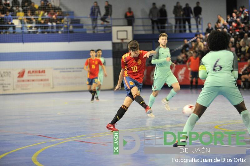 Antonio Pérez dispara a portería en el partido de España en Baeza