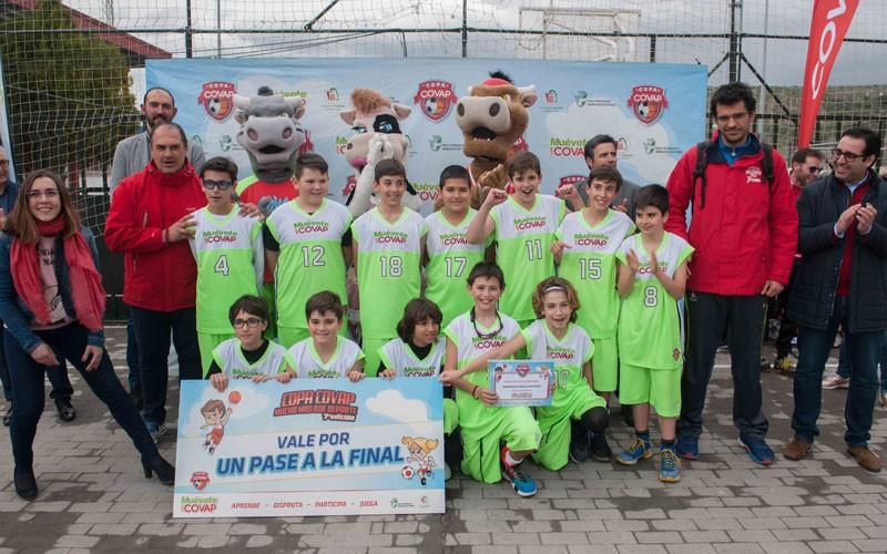 Jugadores del Linabasket celebran el campeonato en la Copa Covap