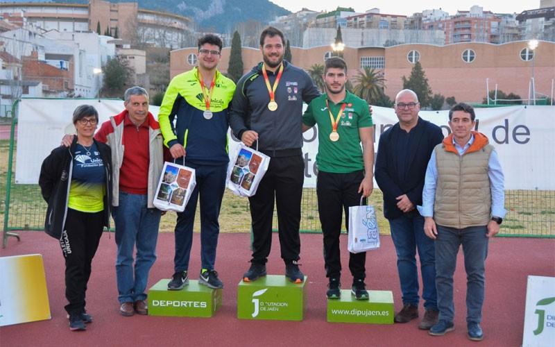 Atletas y autoridades en el podio de los ganadores en lanzamiento de martillo