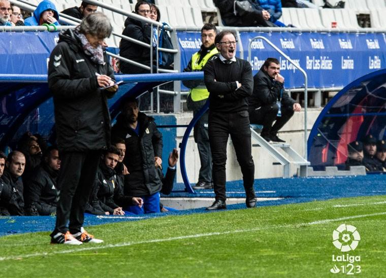 Anquela dirigiendo un partido del Real Oviedo