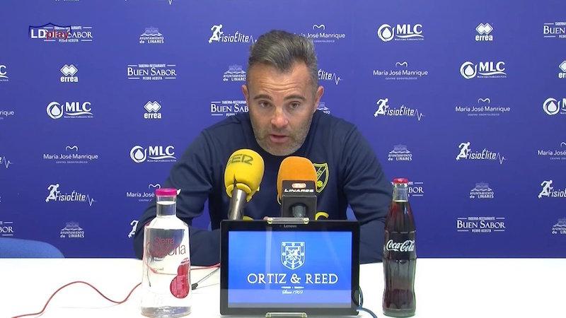 El entrenador del Linares Deportivo, Juan Arsenal, en rueda de prensa.