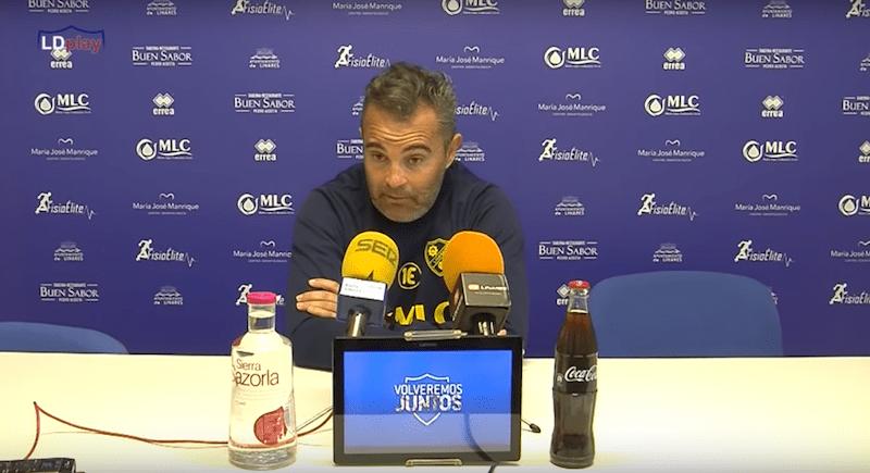 El entrenador del Linares Dptvo, Juan Arsenal, en rueda de prensa antes del partido con el CF Motril.