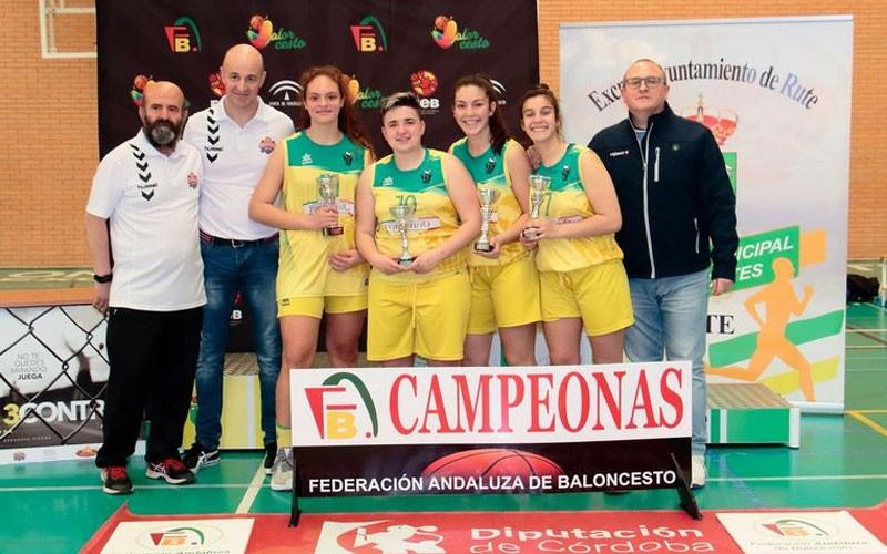 Las jugadoras del CAB Linares recogen sus trofeos