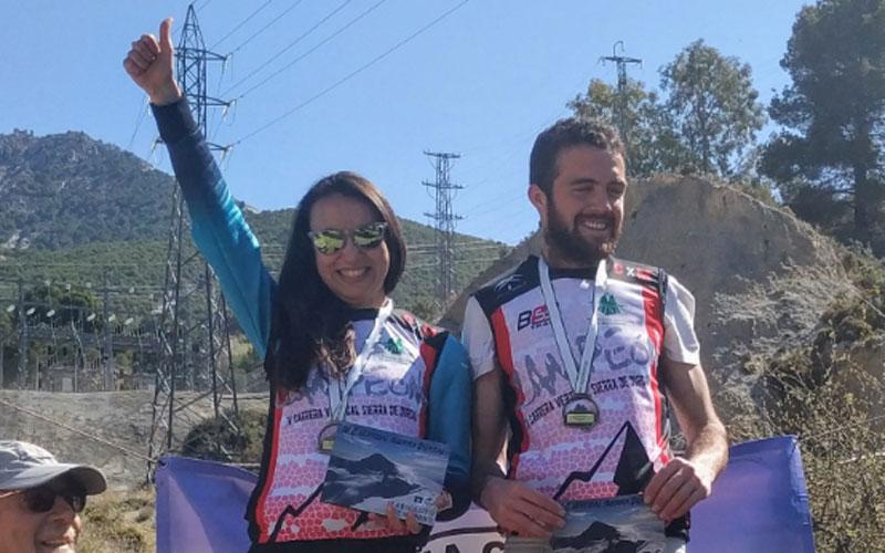 Atletas celebran la victoria en el podium