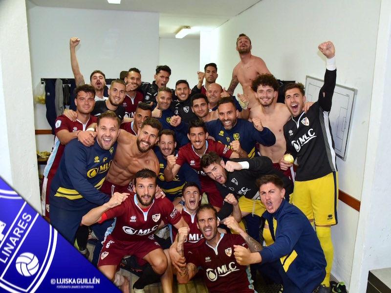 La plantilla del Linares Deportivo celebra la victoria ante el Motril