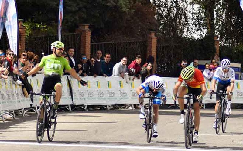 Ciclistas entrando a meta en la Clásica Ciudad de Cazorla