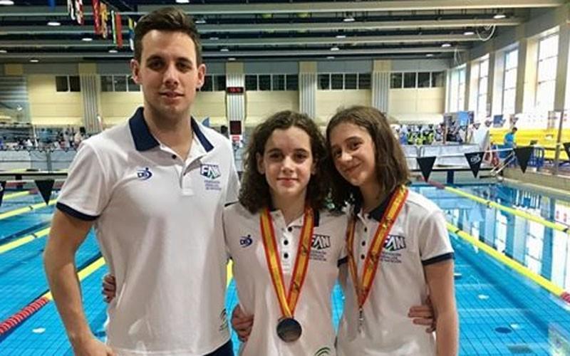 Nadadoras y técnico del CN Santo Reino en la piscina