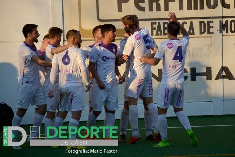 Los futbolistas del Real Jaén celebran el tanto de Raúl García