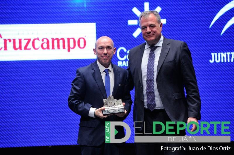 Dani Rodríguez recibe su premio al mejor entrenador