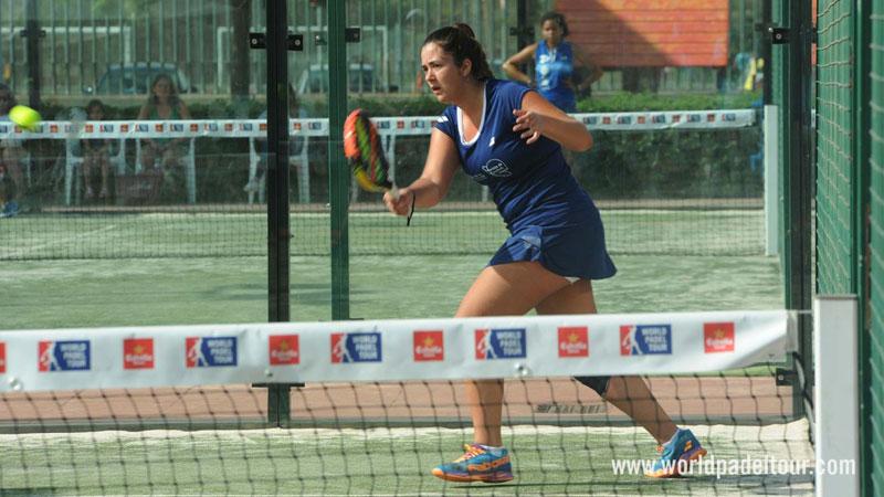 Laura Martínez jugando al padel