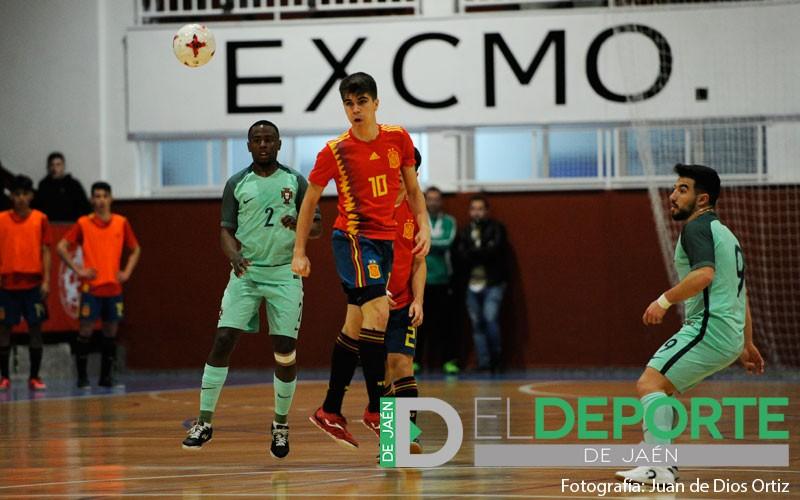 Antonio Pérez cabecea un balón en el partido con España