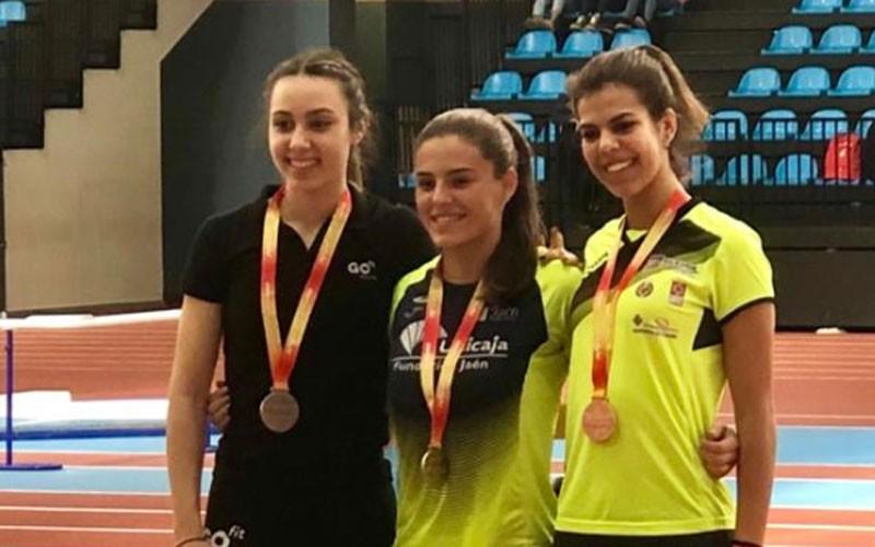 Isabel Velasco en el podio como campeona de España en 60 m vallas