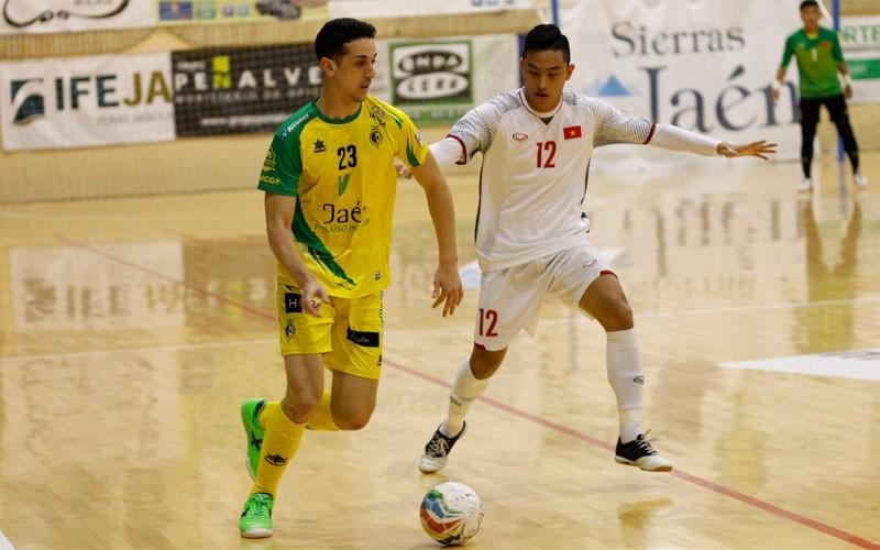 Piqueras, del Jaén FS, conduce un balón en el partido ante Vietnam