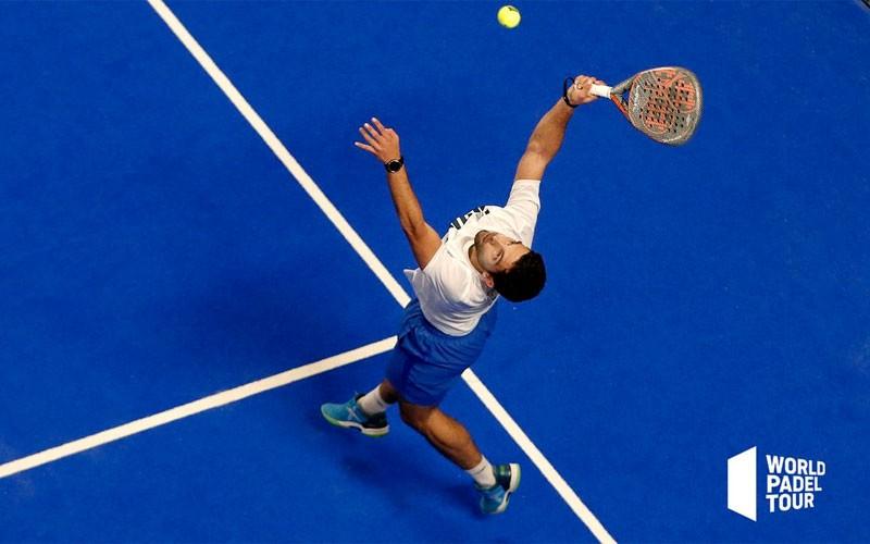 Antonio Luque golpeando una bola en un partido del Marbella Master