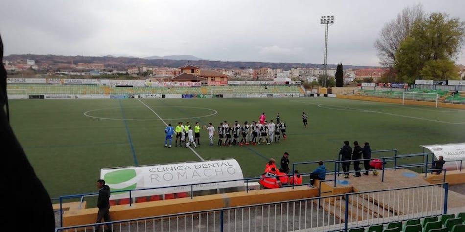 Saludo inicial entre los dos equipos y el trío arbitral antes del partido