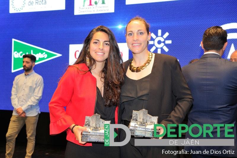 María Ángeles Ruiz y Carmen Cano con su premio