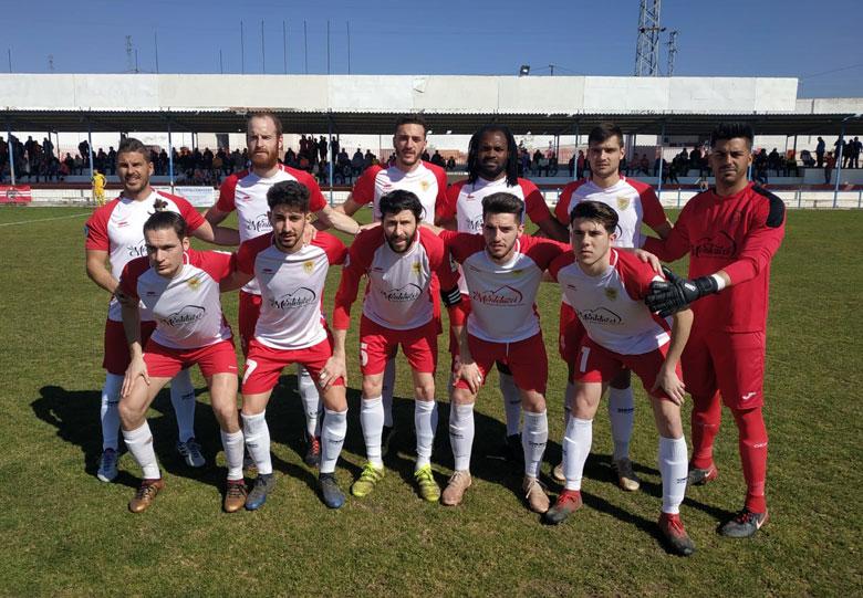 Los once jugadores del Martos CD, antes del encuentro frente al CD Rincón.