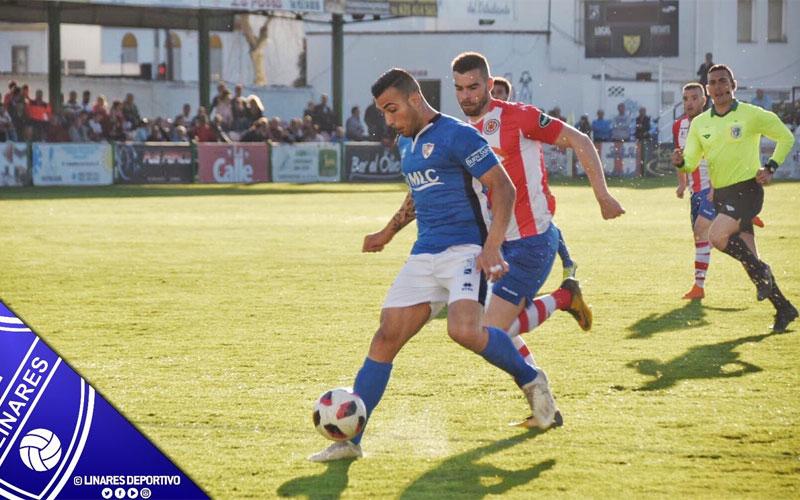 Jugadores de Linares y Torredonjimeno disputando un balón