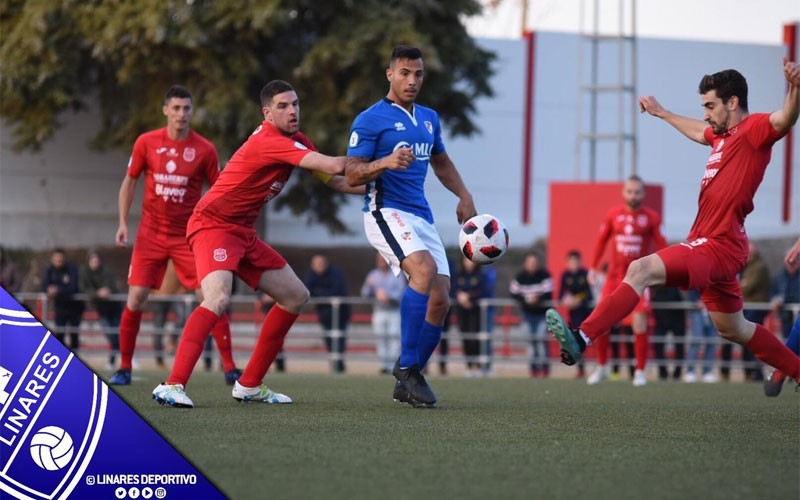 Jugadores del CD Torreperogil y Linares Deportivo durante el partido