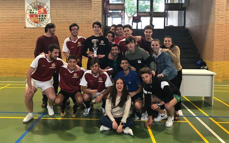 Miembros del Colegio Domingo Savio celebran el título