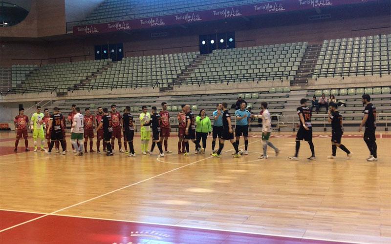 Jugadores del Mengíbar FS y ElPozo Ciudad de Murcia se saludan