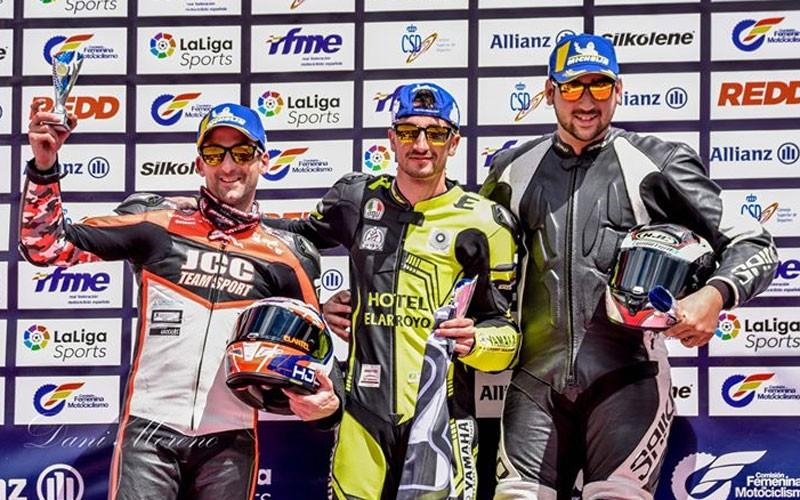 Pilotos de motos recogiendo sus premios de la JK Winkers Cup