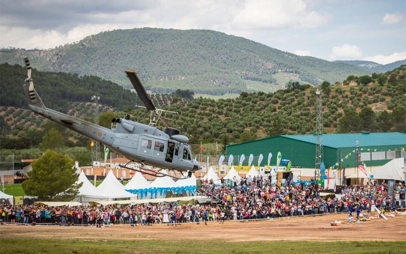 Helicóptero AB-212 realizando una exhibición en el FIA El Yelmo
