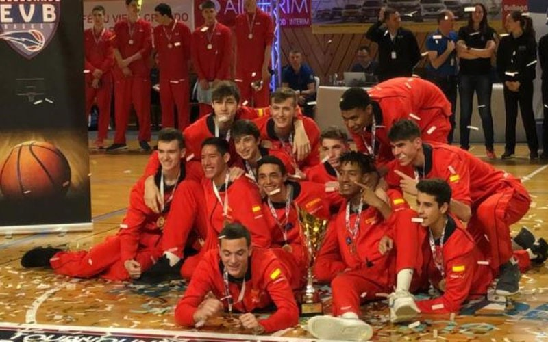 Jugadores de la selección española de baloncesto sub-16 celebran el título