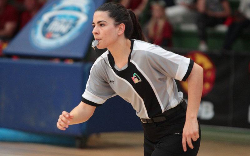 Mª Ángeles García arbitrando un partido
