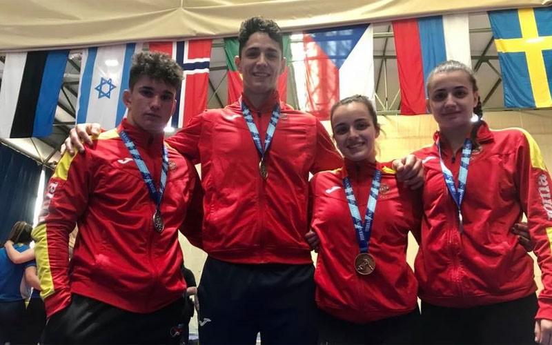 Los luchadores torrecampeños posan con sus medallas