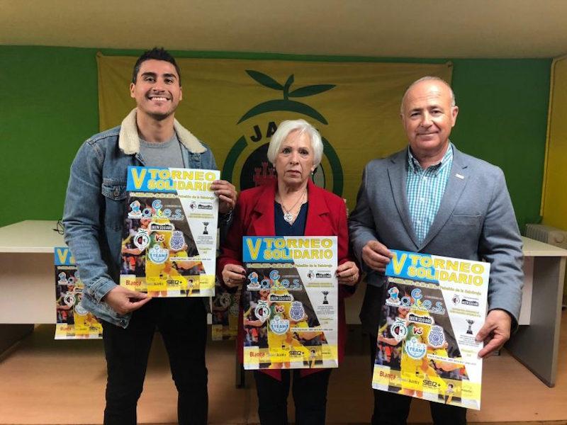 Italo Roncal, de Jaén Square; Maruja Vernal, vocal de la asociación ALES; y el presidente del Jaén FS, Germán Aguayo.