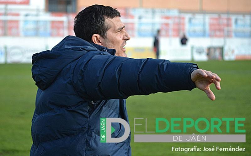Manolo Chumilla dirigiendo a la UDC Torredonjimeno en un partido